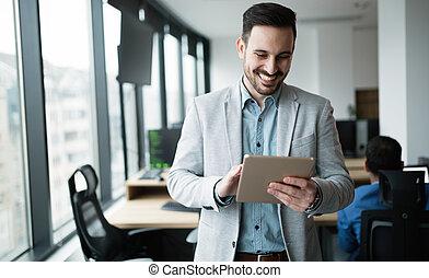 utilisation, moderne, tablette, bureau, homme affaires