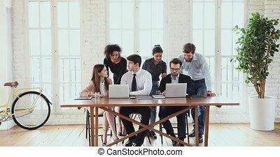 utilisation, multiethnic, ordinateurs, moderne, bureau, business, idée génie, équipe