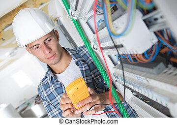 utilisation, multimètre, jeune, électricien