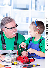 utilisation, multimètre, petit-enfant, grand-père