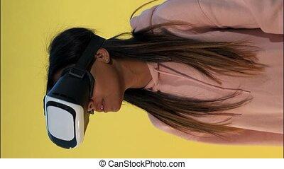 utilisation, multiracial, girl, réalité virtuelle, lunettes