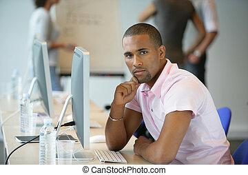 utilisation ordinateur, bureau occasionnel, homme