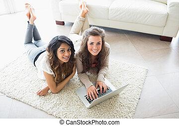 utilisation ordinateur, deux femmes