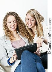 utilisation ordinateur, deux, tablette, femmes