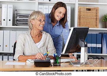 utilisation ordinateur, femmes affaires, bureau