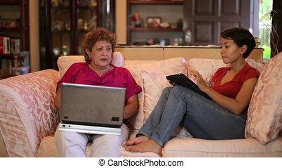utilisation ordinateur, fille, tablette, mère
