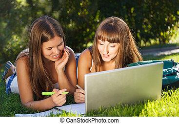 utilisation ordinateur, filles, jeune, heureux