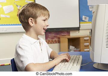 utilisation ordinateur, il, écolier, classe
