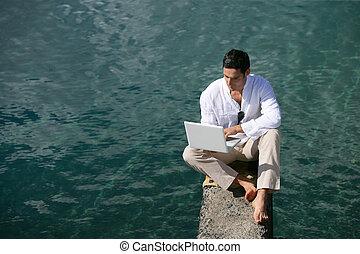 utilisation ordinateur, ponton, homme