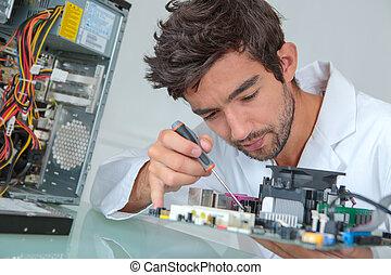 utilisation ordinateur, réparateur, tournevis