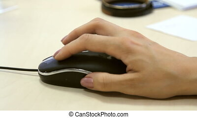 utilisation ordinateur, souris, main femelle