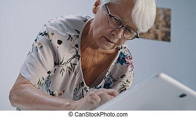 utilisation, personne agee, eyegalsses, tabet., bas, gris, femme, prise vue angle, chevelure
