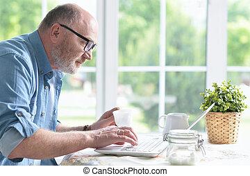 utilisation, personne agee, ordinateur portable, homme