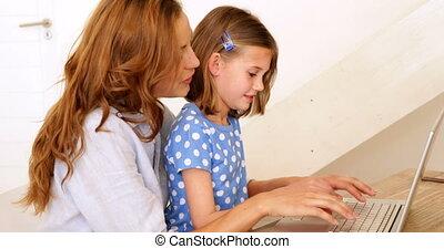 utilisation, petite fille, ordinateur portable, elle