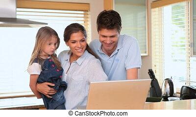utilisation, peu, ordinateur portable, couple, girl