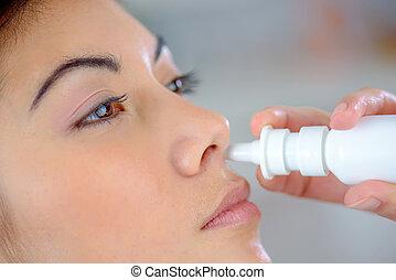 utilisation, pulvérisation, femme, nez
