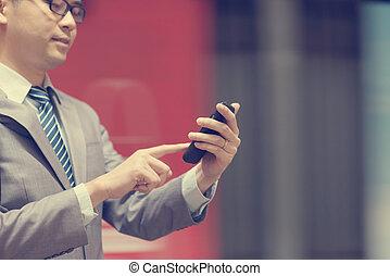 utilisation, smartphone, homme affaires