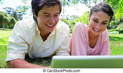 utilisation, sourire, couple, ordinateur portable, leur