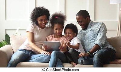 utilisation, tablette, mignon, jeu, numérique, africaine, jeu, parents, enfants