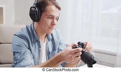 utilisation, travaux, indépendant, éloigné, jeune, lieu travail, bureau., graphique, photographe, maison, tablette, métier, concept., appareil-photo., ordinateur homme