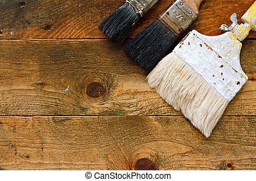 utilizado, brochas, en, viejo, tabla de madera