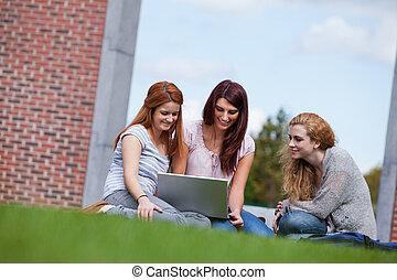 Utilizar, computador portatil, joven, mujeres