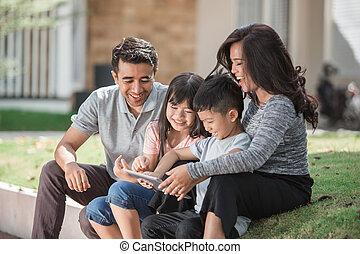 utilizar, familia , moderno, joven, tableta