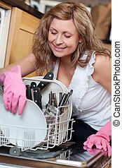 utilizar, lavaplatos, mujer, joven, sonriente