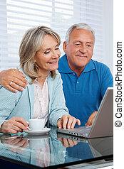 utilizar, pareja, computador portatil
