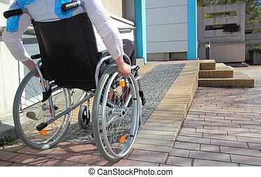 utilizar, sílla de ruedas, mujer, rampa