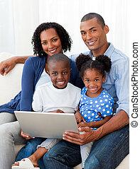 utilizar, sala de estar, computador portatil, familia ,...