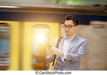utilizar, smartphone, en, tren, station.