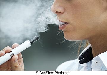 utomhus, cigarett, kvinna, närbild, rökning, elektronisk