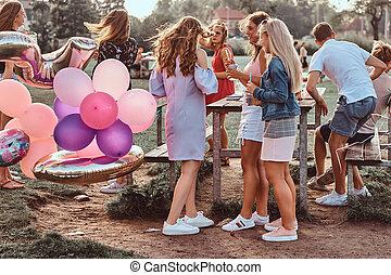 utomhus, picknicken, konversation, outdoor., scen, tillsammans, fira, födelsedag, flickvänner, parti, lycklig, park.
