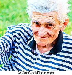 utomhus, stående, av, lycklig, lysande, äldre bemanna