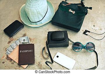 utrustning, av, traveler., olik, objekt, :, nappa väska, kamera, smartphone, glasögon, hatt