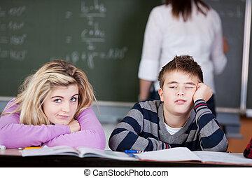 uttråkad, deltagare, luta på skrivbord, med, lärare, in,...