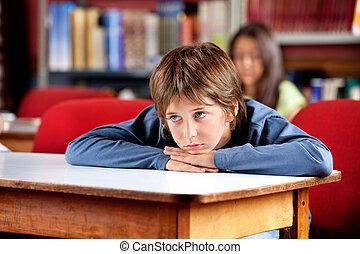 uttråkad, skolpojke, se bort, medan, benägenhet på, bord