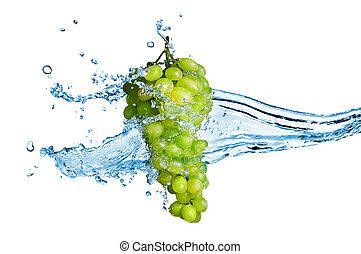 uva verde, con, agua, salpicadura, aislado, blanco