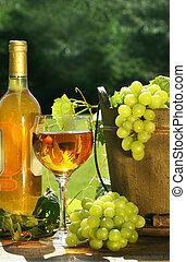 uvas blancas, botella, vino