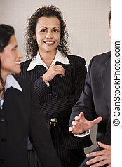 uzavřít, tři, setkání up, businesspeople