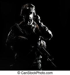 uzbrojony, infantryman, podczas, noc, wojskowy, działanie
