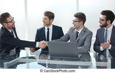 uzgodnienie, handlowy wzmacniacz, posiedzenie, na, przedimek określony przed rzeczownikami, pertraktowanie, stół