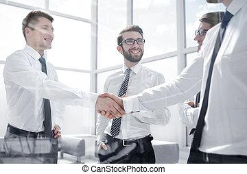 uzgodnienie, handlowy zaludniają, w, przedimek określony przed rzeczownikami, miejsce pracy, w, biuro