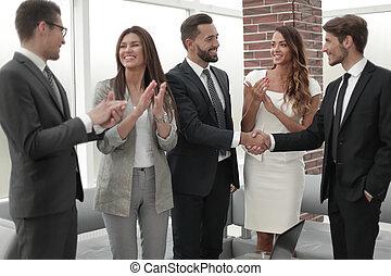 uzgodnienie, inny, biznesmeni, powitać, każdy