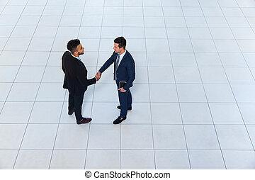 uzgodnienie, pożądany, kąt, transakcja, handlowy, górny, mężczyźni, znak, do góry, dwa, biznesmeni, potrząsanie, prospekt, ręka, ustalać, gest