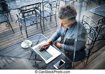 uzrát, obchodník, s, počítač na klín, mimo, jeden, cafe.