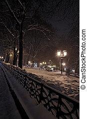 város, éjjel