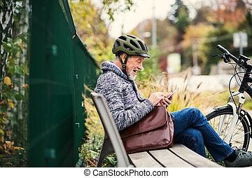 város, ülés, bírói szék, electrobike, szabadban, használ, idősebb ember, smartphone., ember