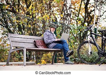 város, ülés, laptop., bírói szék, electrobike, szabadban, használ, senior bábu